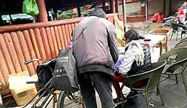 乞丐掏手机要求发红包