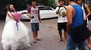 妹子下跪向男子求婚遭拒